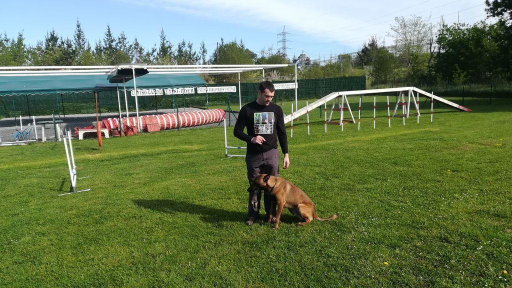 Jonathan López con su perro Kaiser.