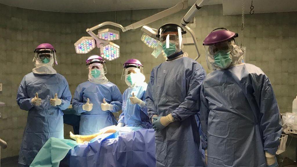 Hasta 13 elementos de protección para operar la tibia a una paciente con Covid-19