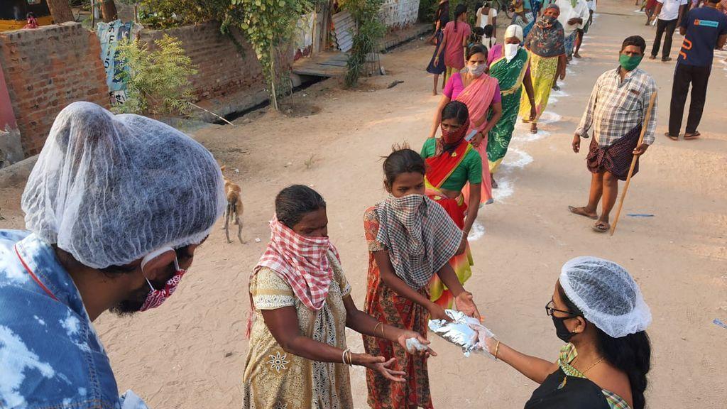Reparto de alimentos en India tras el confinamiento por la pandemia