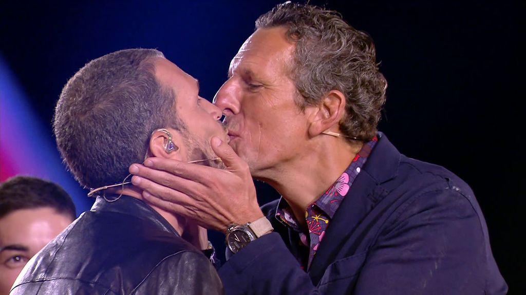 El beso de Joaquín y el presentador italiano