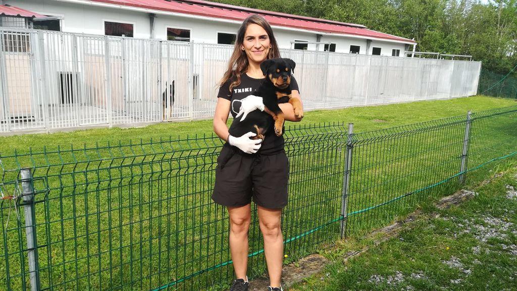 Oiane Bilbao,  adiestradora, con un cachorro.