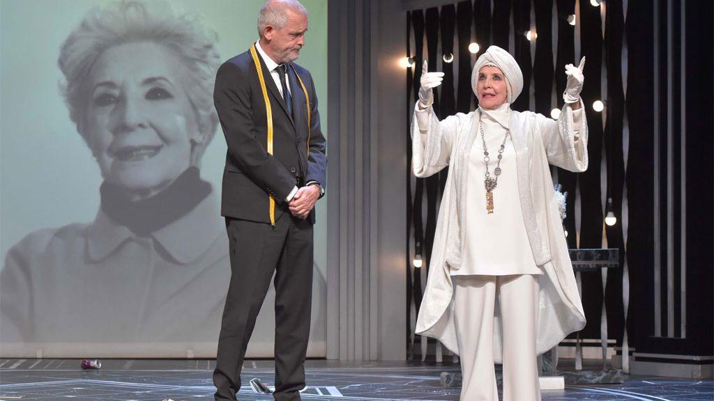 Concha Velasco, con Jordi  Rebellón, en la obra 'El Funeral' (2020)