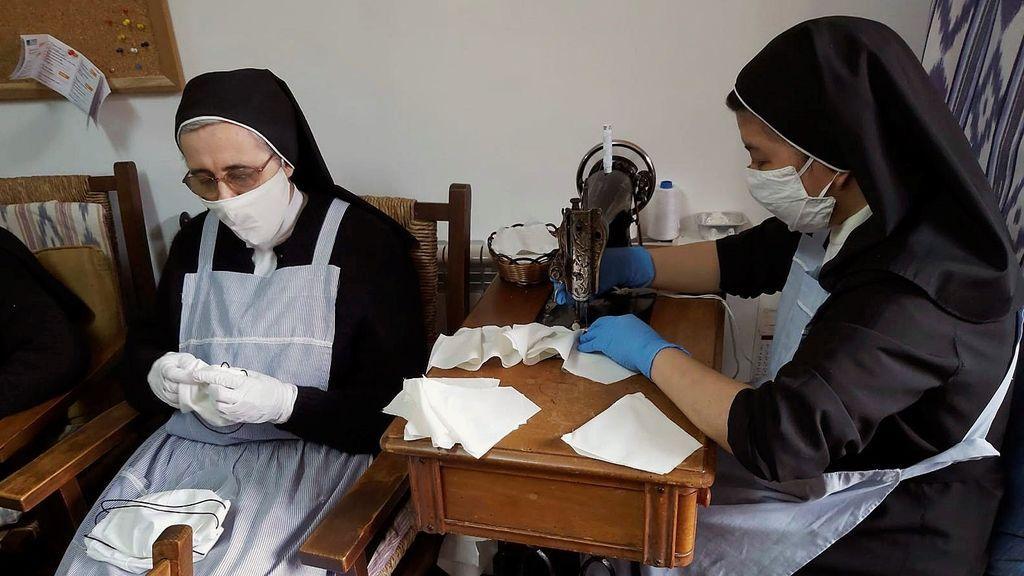 Religiosas cosiendo mascarillas caseras