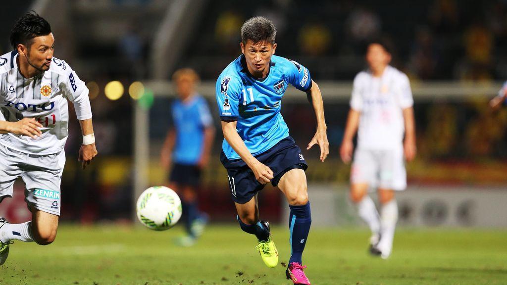 Kazuyoshi Miura jugando un partido con su equipo de fútbol