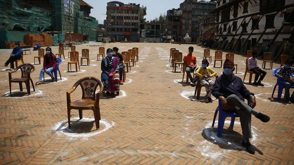 EuropaPress_2835386_18_april_2020_nepal_kathmandu_people_maintain_their_social_distance_as_they