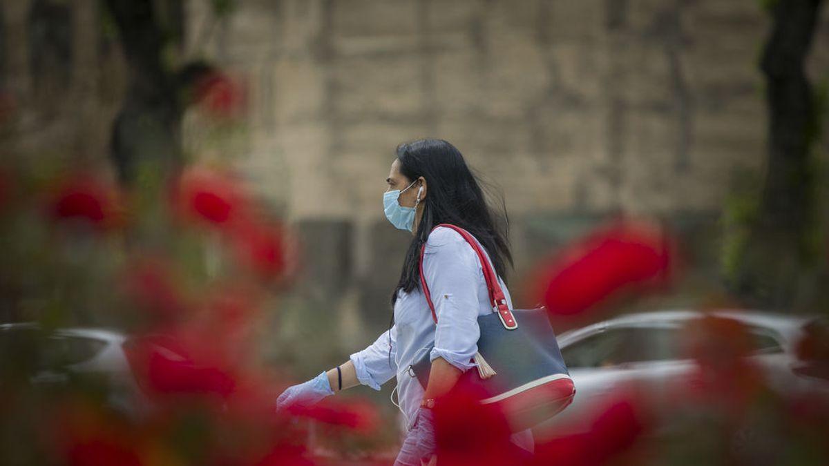 Por qué la gente lleva mascarillas por la calle, si el virus no está en el aire