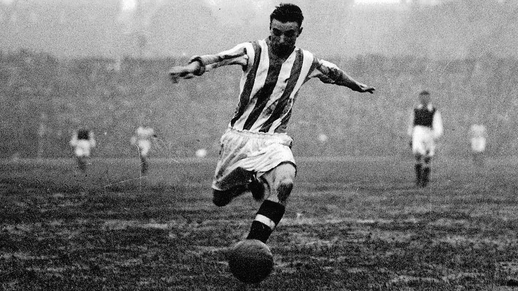 Stanley Matthews jugando un partido de fútbol