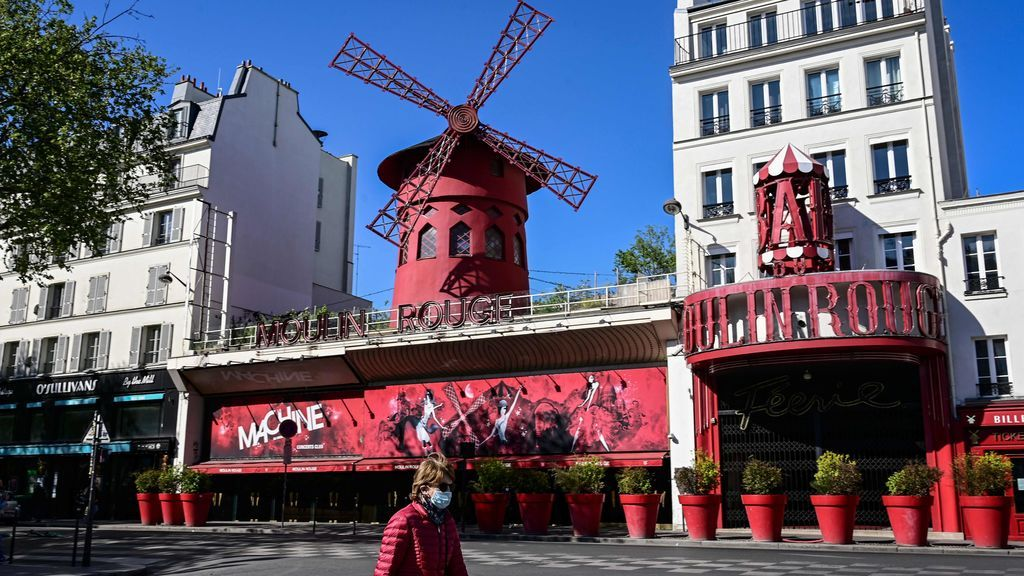 EuropaPress_2824023_14_april_2020_france_paris_woman_wearing_protective_mask_walks_past_the
