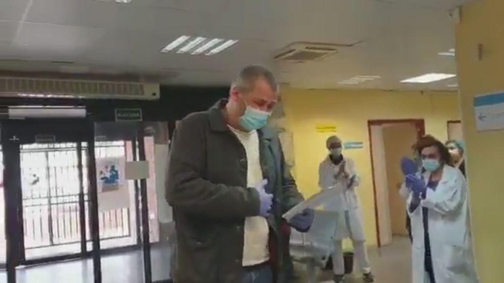El homenaje de los profesionales sanitarios a un taxista que traslada gratis a pacientes