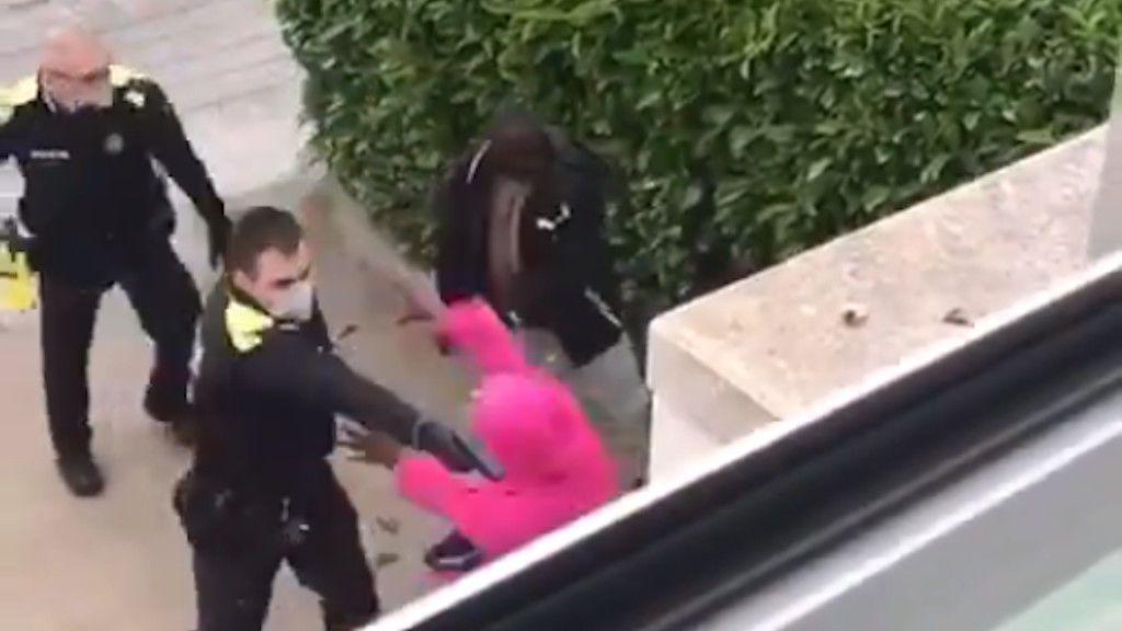 Dos policías locales en Girona, suspendidos por intentar detener a punta de pistola a dos a jóvenes negros