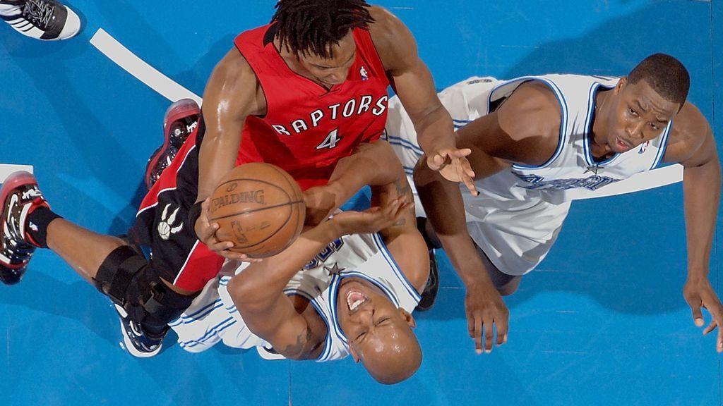 Chris Bosh en disputando un balón en un partido de la NBA con los Raptors