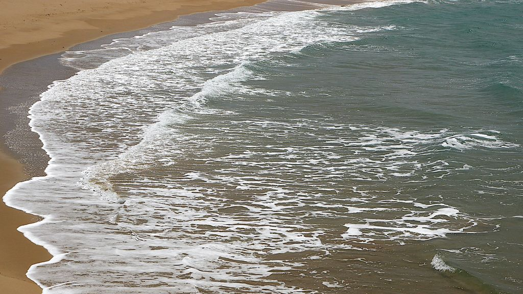 El mar bate en la playa de Zahora