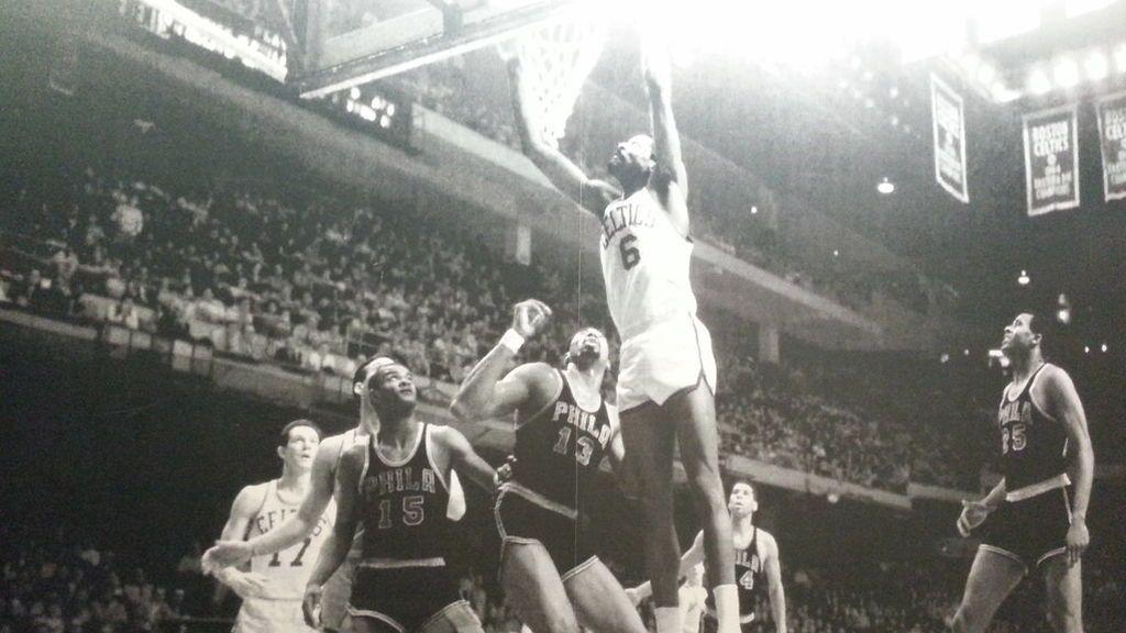 Bill Russell jugando un partido con los Boston Celtics en la NBA