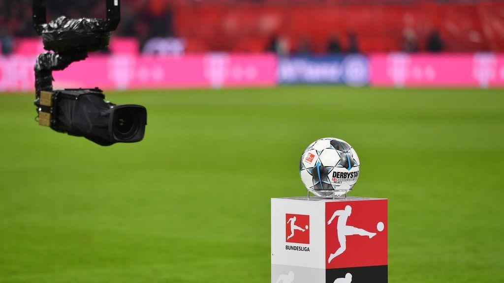 Una cámara de televisión enfoca un balón en Alemania.