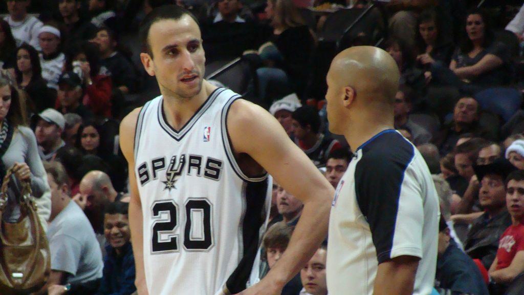 Manu Ginobili jugando un partido con los Spurs