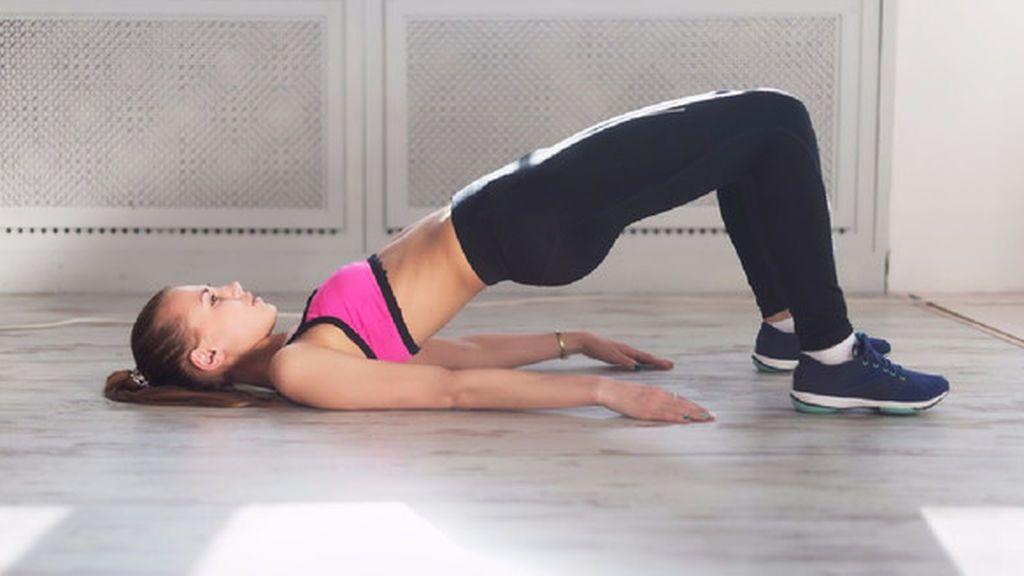 Levantamiento pelvis para entrenar glúteo en casa