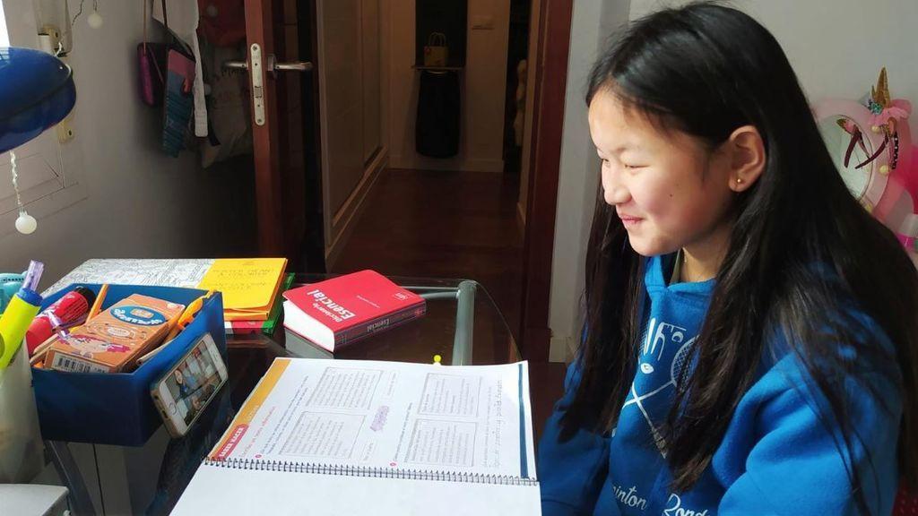 Estela en su casa recibiendo clase