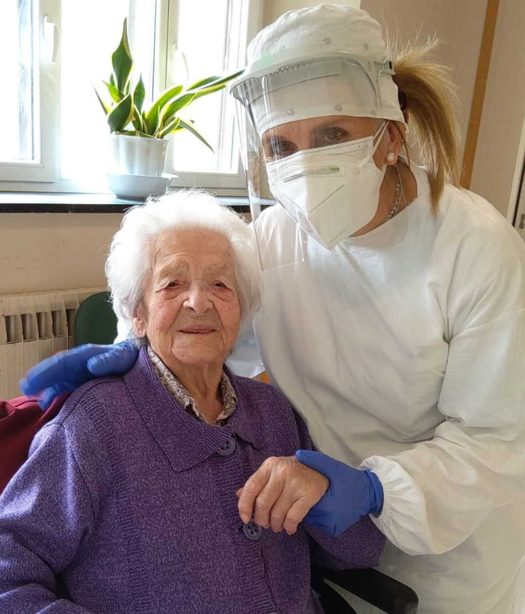 La centenaria Juana López  junto a su cuidadora Mertxe Elorriaga.