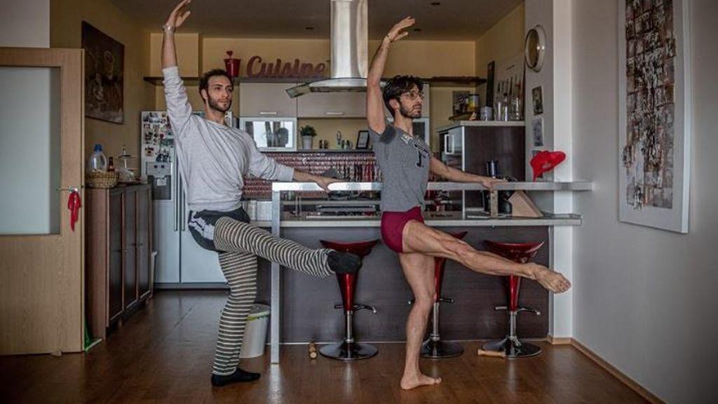 Bailariene del ballet Nacional de la República Checa entrenan en casa