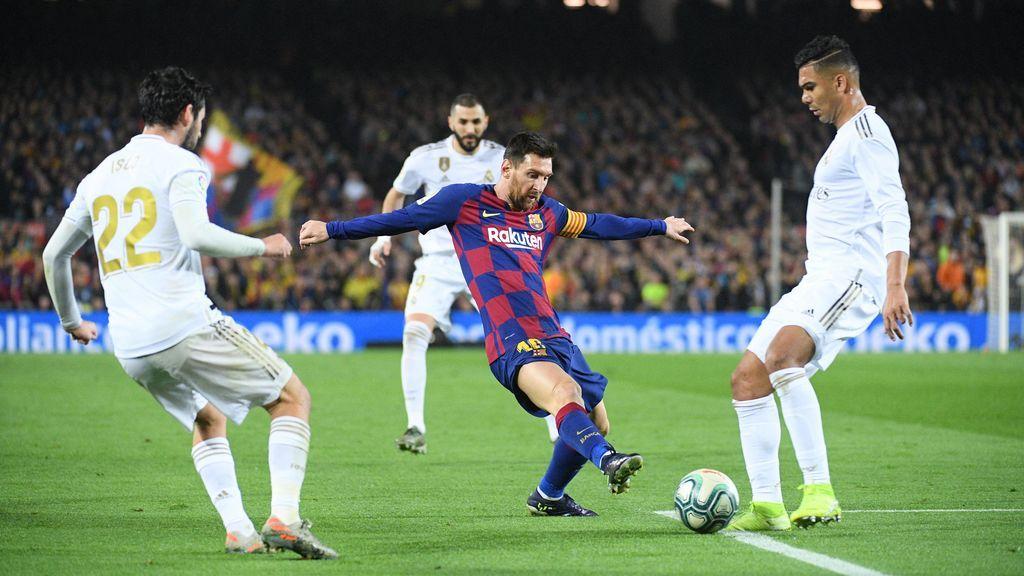 Messi, rodeado de los jugadores del Madrid en el Clásico de la primera vuelta.