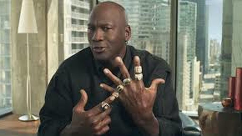 Michael Jordan posando con sus anillos de la NBA