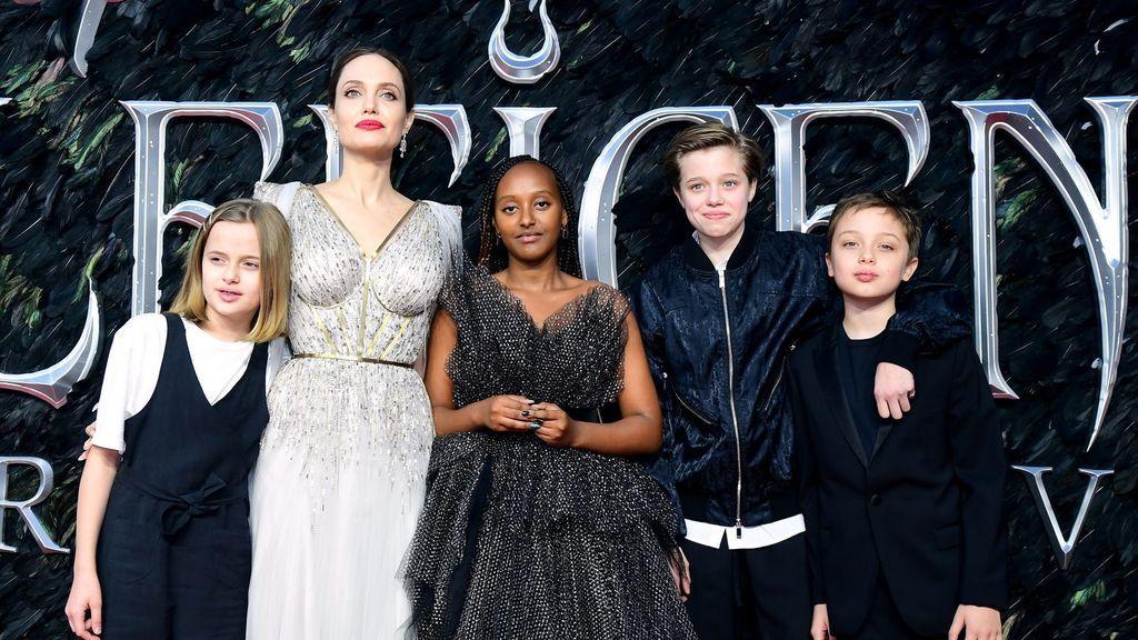 Angelina Jolie, junto a cuatro de sus hijos.