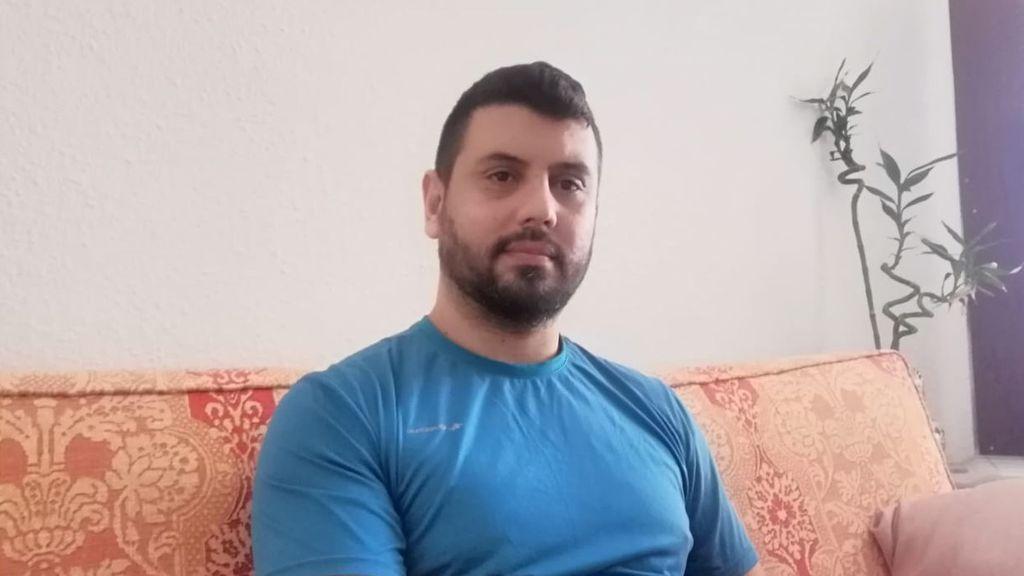Lucas Ferraz en el salón de su casa