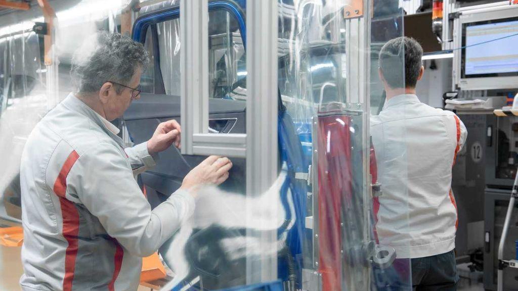 Pulseras que vibran o cámaras termográficas grupales. La industria tira de ingenio para proteger a los trabajadores