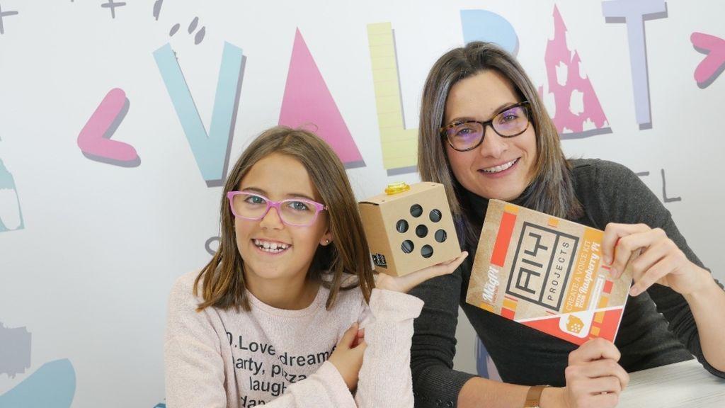 Valeria y Patricia enseñando un nuevo invento ideado por ellas