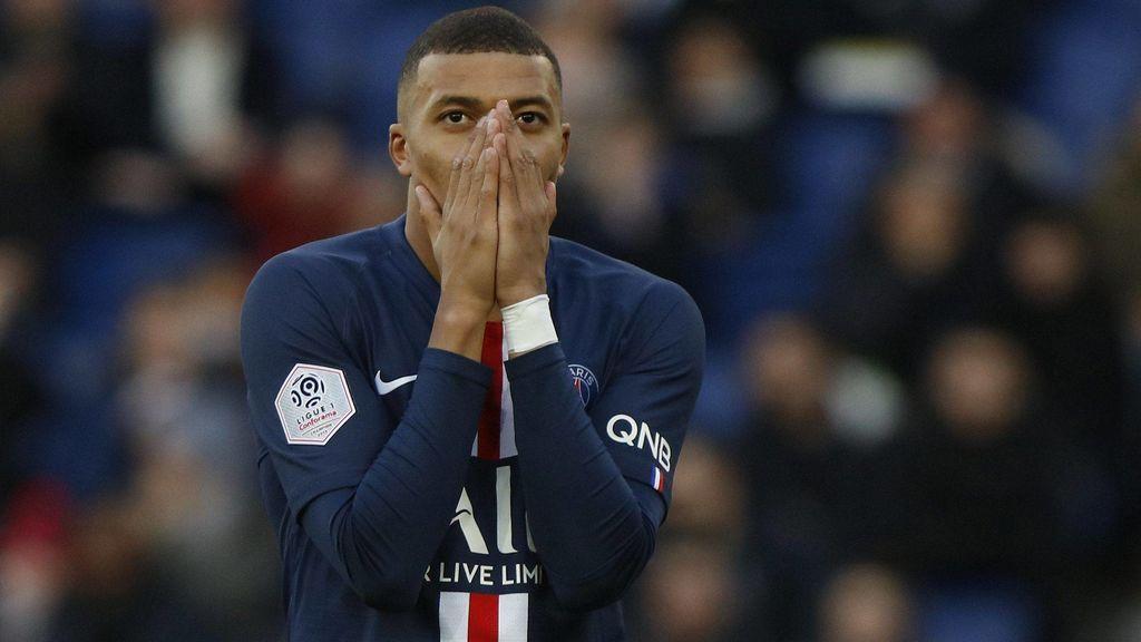 Mbappé se lamenta en un partido con el PSG.