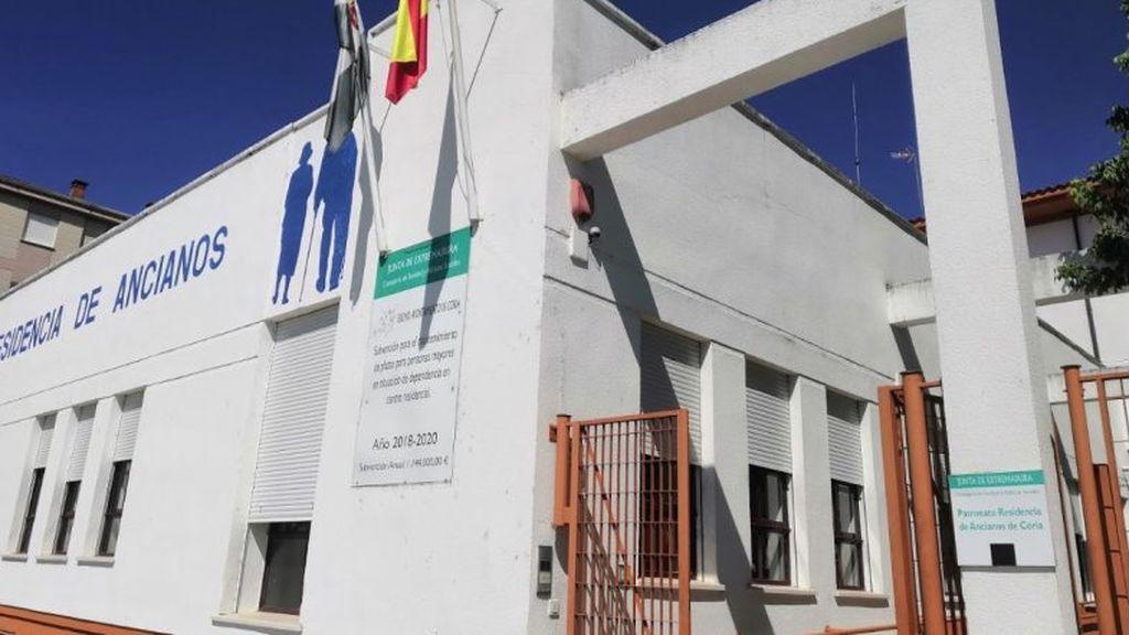 """""""Mi madre  lleva tres semanas confinada en una habitación de la residencia de Coria en Cáceres, donde han muerto una decena de residentes"""""""