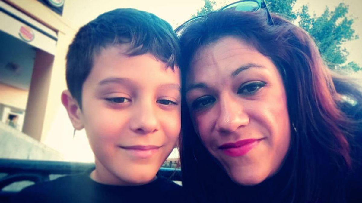 Darío Domínguez, creador de un corto del coronavirus, con su madre