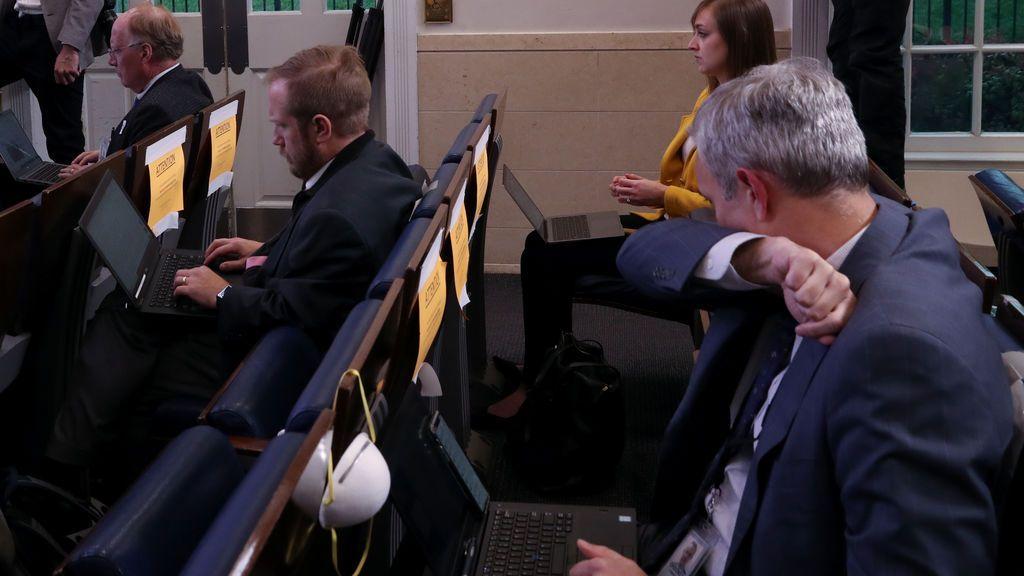 Un periodista tose en el codo durante una rueda de prensa en la Casa Blanca