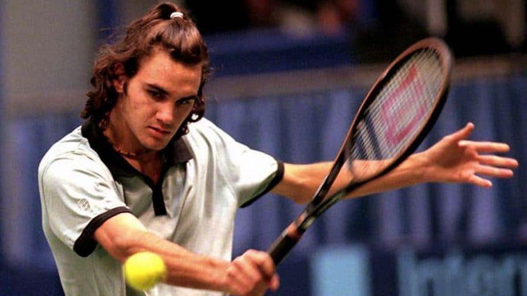 Roger Federer jugando en los inicios de su carrera en el tenis