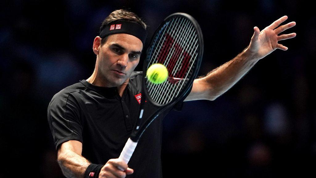 Roger Federer en golpeando la bola pleno partido