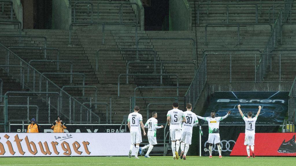 Los jugadores del Gladbach celebran un gol en un estadio vacío.