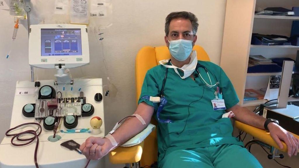 El doctor Roberto Siljestrom mientras dona su plasma hiperinmune