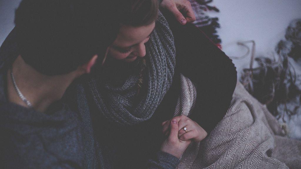 Una pareja se da de la mano