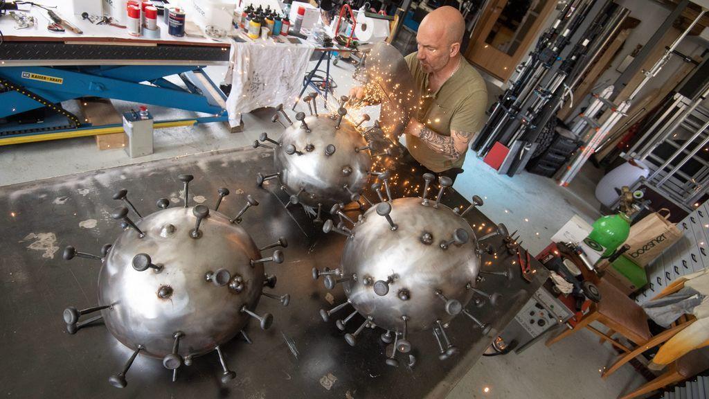 Un artista alemán recrea el coronavirus en acero para donarlo al Instituto Robert Koch