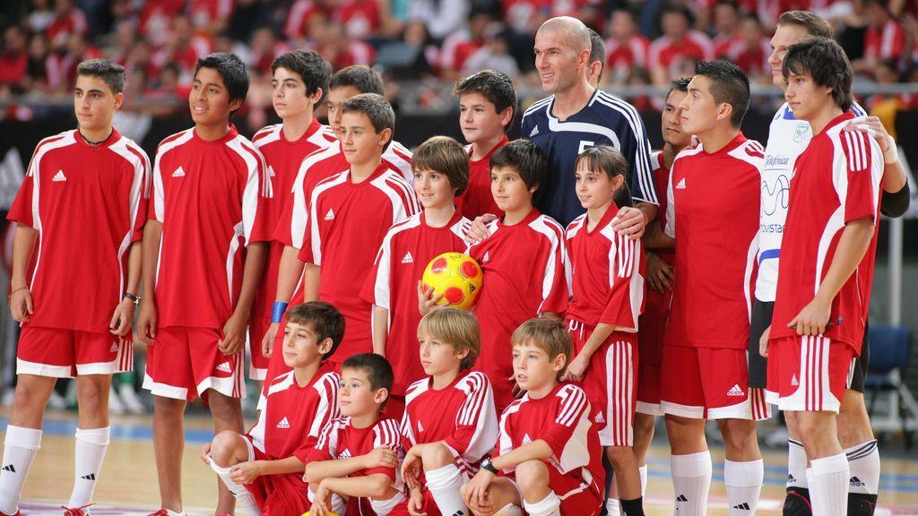 Zidane rodeado de niños tras un partido de fútbol