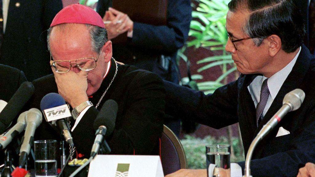 El arzobispo peruano Juan Luis Cipriani, consolado en una rueda de prensa