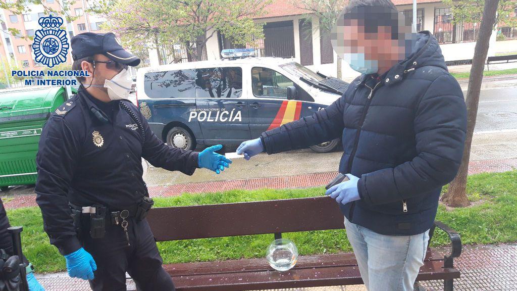 La policía identifica a este ciudadano que deja la pecera en el banco.