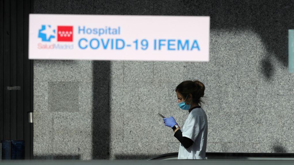Personal sanitario del hospital temporal de IFEMA hacen un receso