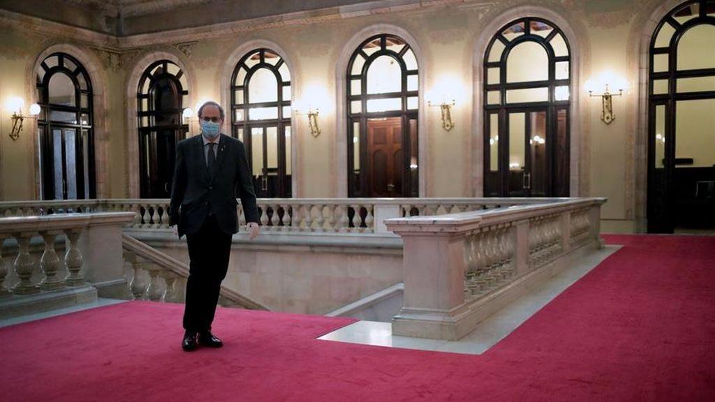 El presidente de la Generalitat, Quim Torra, en los pasillos del Parlament de Cataluña