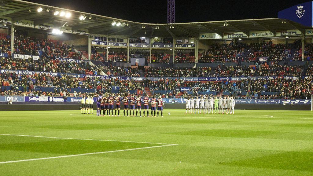 Todos los jugadores guardan un minuto de silencio en El Sadar.
