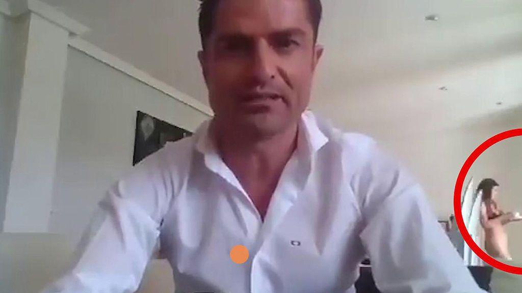 Alfonso Merlos, pillado en directo con otra chica en su casa