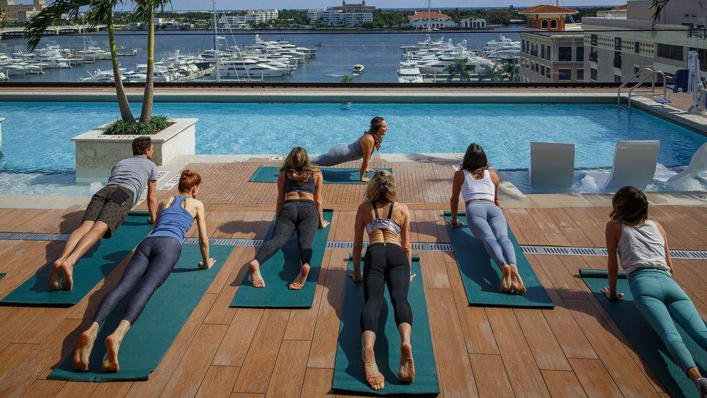 clase yoga al aire libre