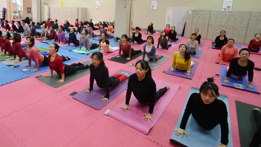 clase multitudinaria de yoga en Asia
