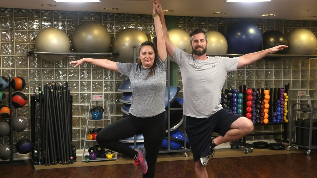 personas realizando una práctica de Rocket yoga