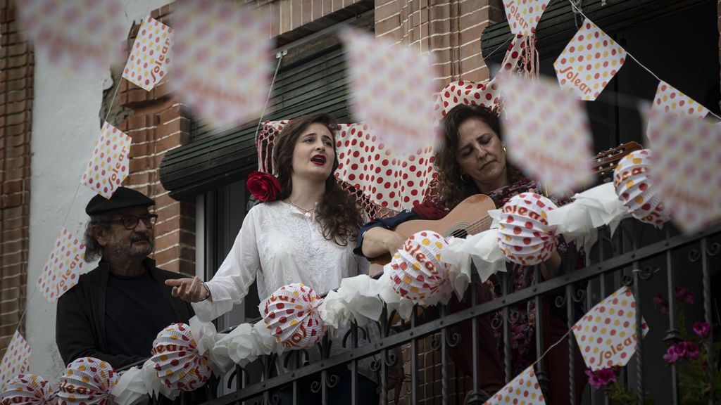 EuropaPress_2895669_mujer_canta_sevillanas_acompanada_dos_personas_balcon_festejar_feria_abril